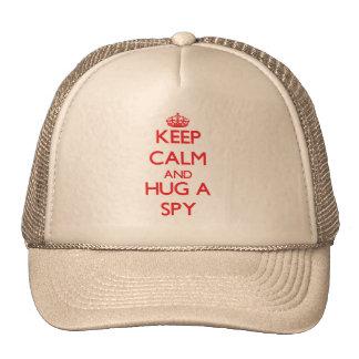 Guarde la calma y abrace a un espía gorros bordados