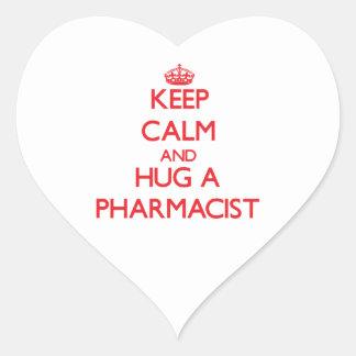 Guarde la calma y abrace a un farmacéutico pegatina en forma de corazón