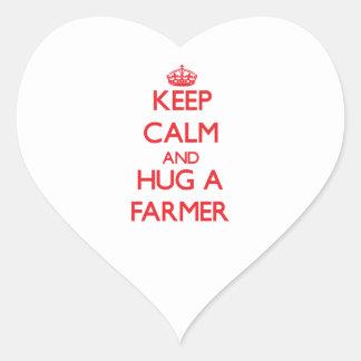 Guarde la calma y abrace a un granjero pegatinas corazon