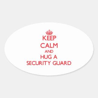 Guarde la calma y abrace a un guardia de seguridad pegatina de ovaladas