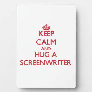Guarde la calma y abrace a un guionista placa de plastico