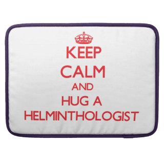 Guarde la calma y abrace a un helmintologista fundas para macbook pro