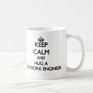 Guarde la calma y abrace a un ingeniero de la red taza