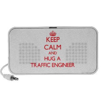 Guarde la calma y abrace a un ingeniero del tráfic laptop altavoz