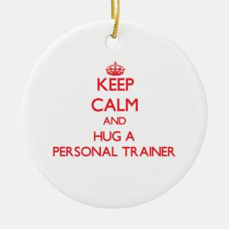 Guarde la calma y abrace a un instructor personal adorno de navidad