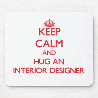 Guarde la calma y abrace a un interiorista alfombrillas de ratón