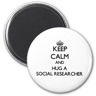 Guarde la calma y abrace a un investigador social imán redondo 5 cm