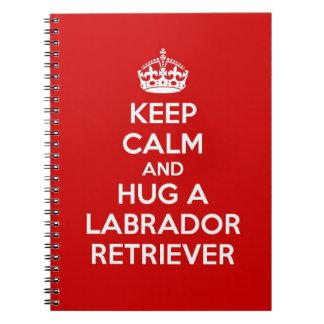 Guarde la calma y abrace a un labrador retriever cuadernos