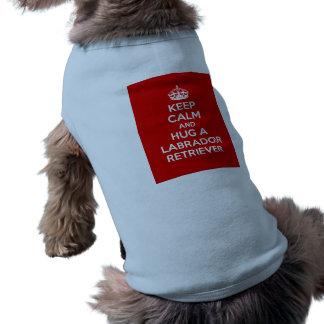 Guarde la calma y abrace a un labrador retriever camisas de mascota