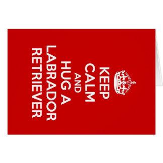 Guarde la calma y abrace a un labrador retriever tarjeta pequeña