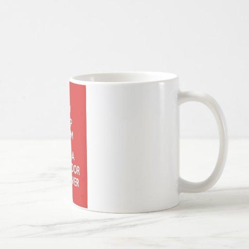 Guarde la calma y abrace a un labrador retriever taza básica blanca