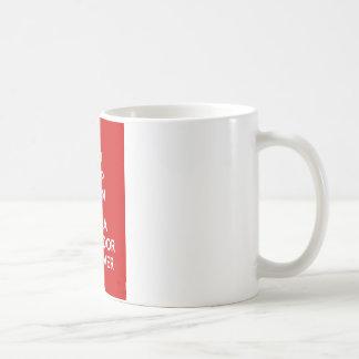 Guarde la calma y abrace a un labrador retriever taza clásica