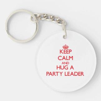 Guarde la calma y abrace a un líder de fiesta llavero redondo acrílico a una cara
