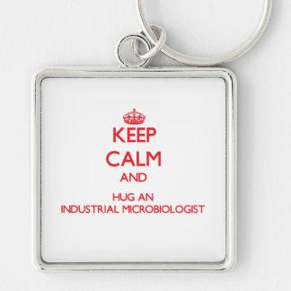 Guarde la calma y abrace a un microbiólogo industr llavero personalizado