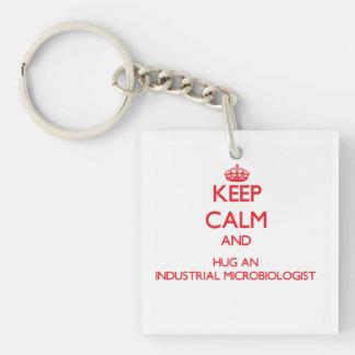 Guarde la calma y abrace a un microbiólogo industr llaveros