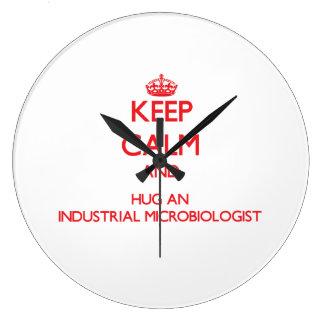 Guarde la calma y abrace a un microbiólogo industr relojes de pared