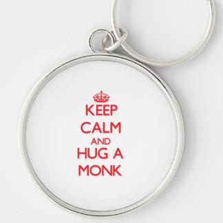Guarde la calma y abrace a un monje llaveros