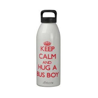 Guarde la calma y abrace a un muchacho de autobús botella de beber