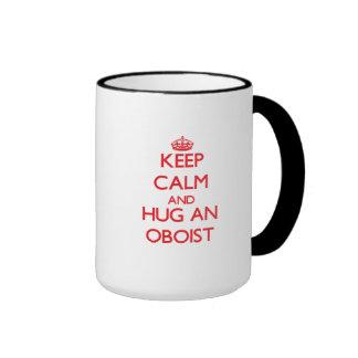 Guarde la calma y abrace a un oboe taza de café