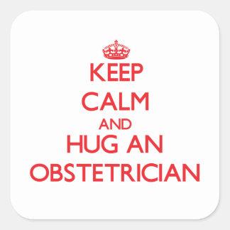 Guarde la calma y abrace a un obstétrico calcomania cuadradas personalizadas
