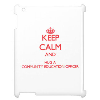 Guarde la calma y abrace a un oficial de la educac