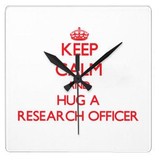 Guarde la calma y abrace a un oficial de la invest reloj