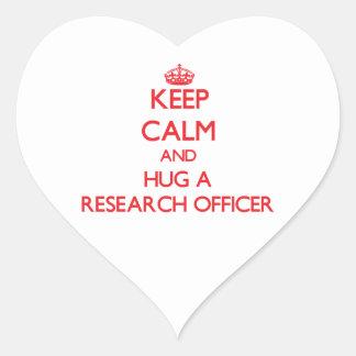 Guarde la calma y abrace a un oficial de la pegatina en forma de corazón