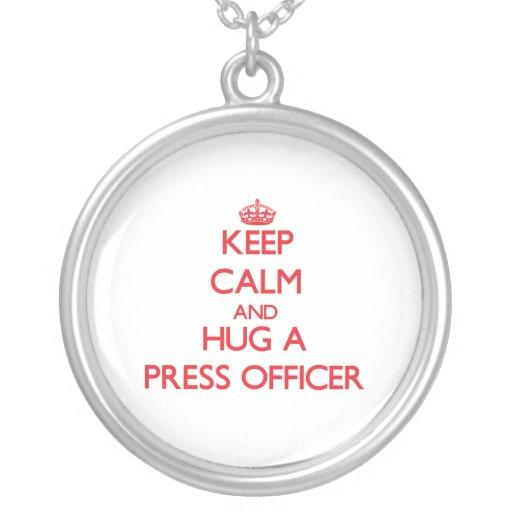 Guarde la calma y abrace a un oficial de la prensa colgante