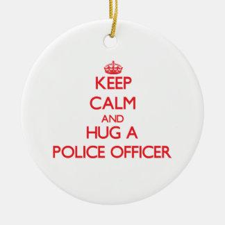 Guarde la calma y abrace a un oficial de policía ornamento de navidad