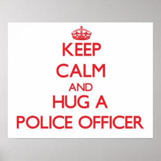 Guarde la calma y abrace a un oficial de policía póster