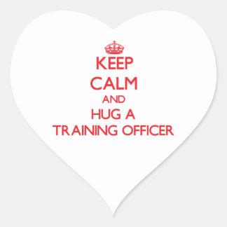 Guarde la calma y abrace a un oficial del entrenam calcomania de corazon