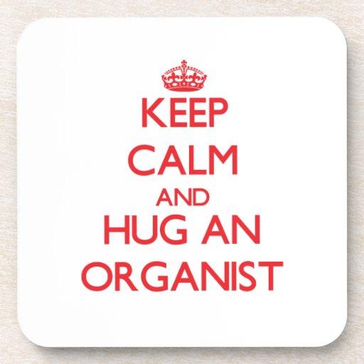 Guarde la calma y abrace a un organista posavasos de bebidas