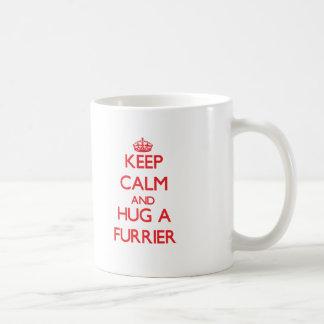 Guarde la calma y abrace a un peletero taza de café
