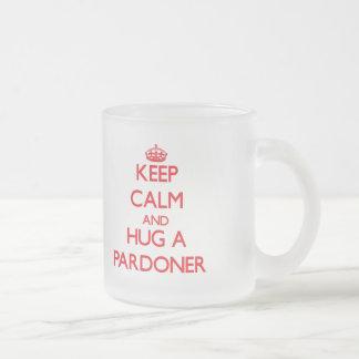 Guarde la calma y abrace a un perdonador taza