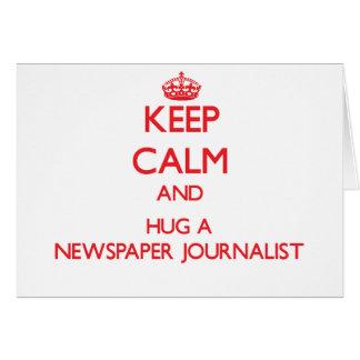 Guarde la calma y abrace a un periodista del perió tarjeta de felicitación