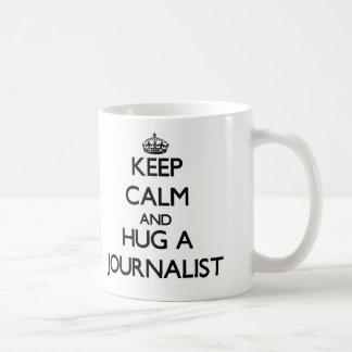 Guarde la calma y abrace a un periodista taza básica blanca