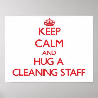 Guarde la calma y abrace a un personal de limpieza póster