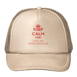 Guarde la calma y abrace a un personificador gorras de camionero