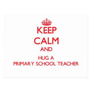 Guarde la calma y abrace a un profesor de escuela  postal