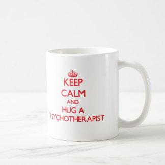 Guarde la calma y abrace a un psicoterapeuta taza de café