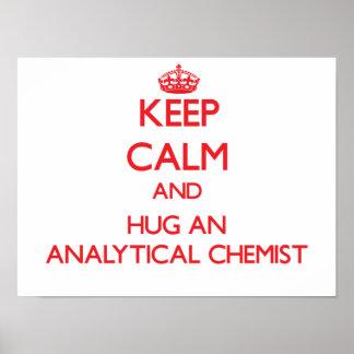 Guarde la calma y abrace a un químico analítico póster