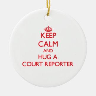 Guarde la calma y abrace a un reportero de corte adorno navideño redondo de cerámica