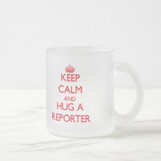 Guarde la calma y abrace a un reportero tazas de café