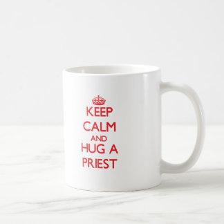 Guarde la calma y abrace a un sacerdote tazas de café