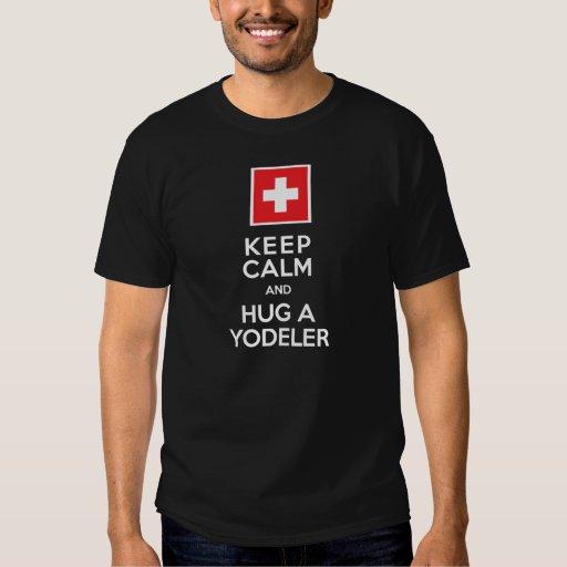 Guarde la calma y abrace a un suizo divertido de polera