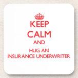 Guarde la calma y abrace a un suscriptor de seguro posavaso