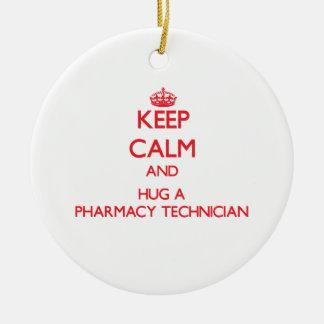 Guarde la calma y abrace a un técnico de la adorno navideño redondo de cerámica
