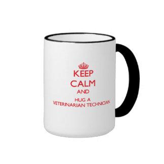 Guarde la calma y abrace a un técnico veterinario taza de café