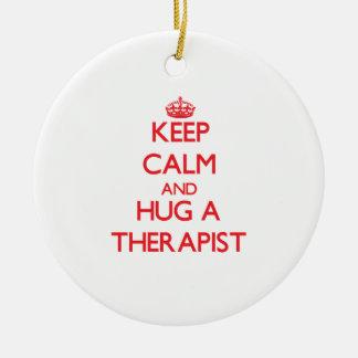 Guarde la calma y abrace a un terapeuta adorno navideño redondo de cerámica