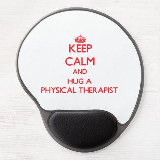 Guarde la calma y abrace a un terapeuta físico alfombrilla de raton con gel